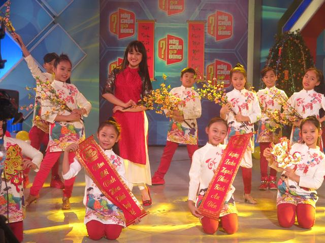 MC Trần Ngọc diện áo dài đỏ rực rỡ trong Hãy chọn giá đúng số Tết - Ảnh 3.