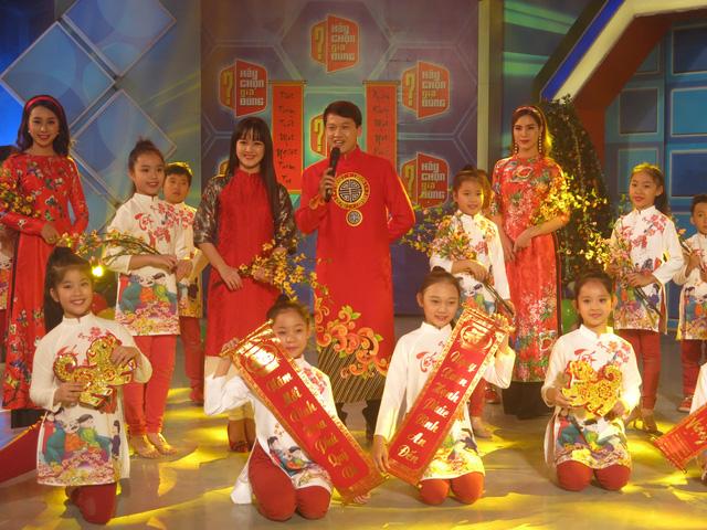 MC Trần Ngọc diện áo dài đỏ rực rỡ trong Hãy chọn giá đúng số Tết - Ảnh 1.