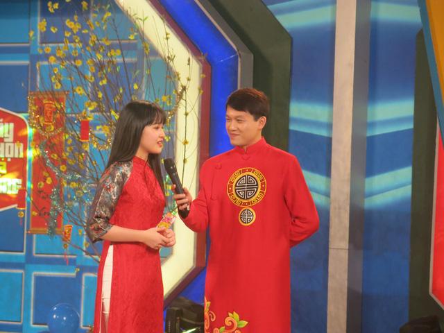 MC Trần Ngọc diện áo dài đỏ rực rỡ trong Hãy chọn giá đúng số Tết - Ảnh 4.