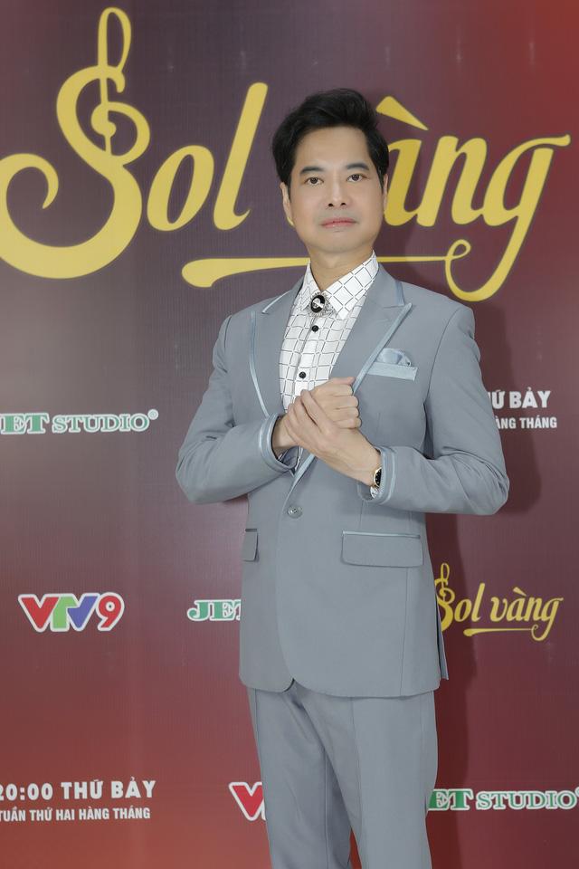 Ngọc Sơn tạo dáng xì-tin mở hàng Sol vàng 2018 - Ảnh 1.