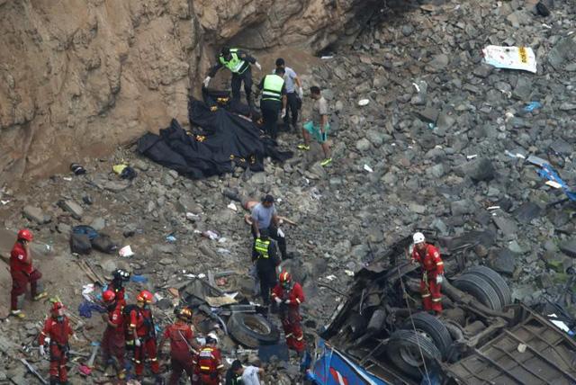 Peru: Xe bus va chạm với xe tải lao xuống vực, ít nhất 36 người thiệt mạng - Ảnh 5.