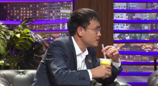 Shark Tank Việt Nam: Loay hoay với ống hút trà sữa, Shark Phú khiến fan thích thú - Ảnh 2.
