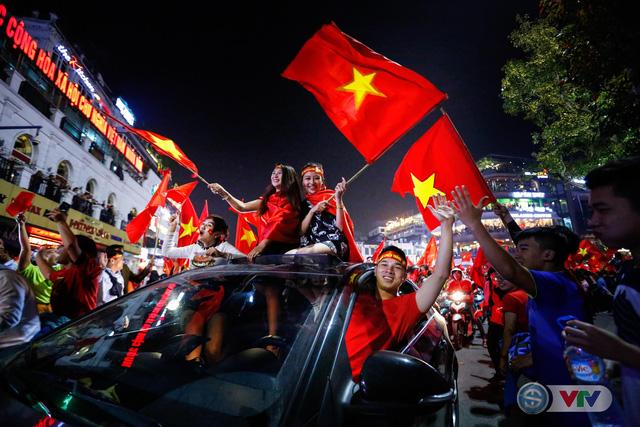 ẢNH: Hà Nội rực màu cờ trong đêm lịch sử - Ảnh 3.