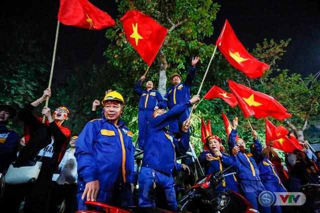 ẢNH: Hà Nội rực màu cờ trong đêm lịch sử - Ảnh 21.