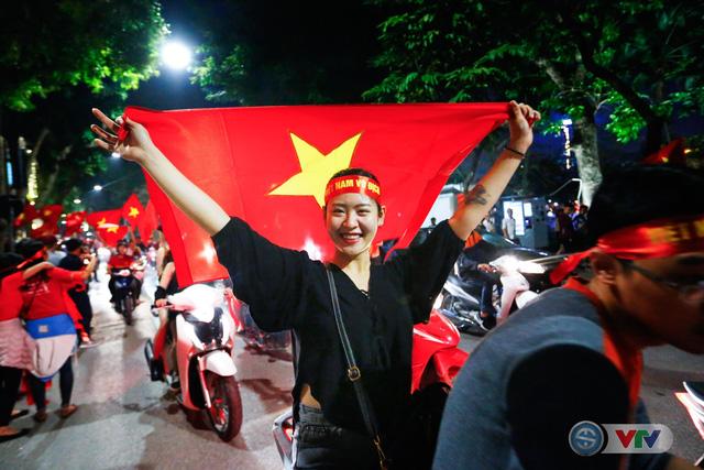 ẢNH: Hà Nội rực màu cờ trong đêm lịch sử - Ảnh 4.