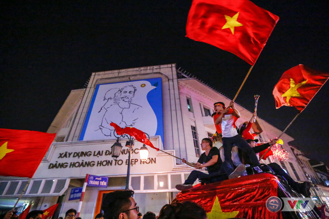 ẢNH: Hà Nội rực màu cờ trong đêm lịch sử - Ảnh 23.