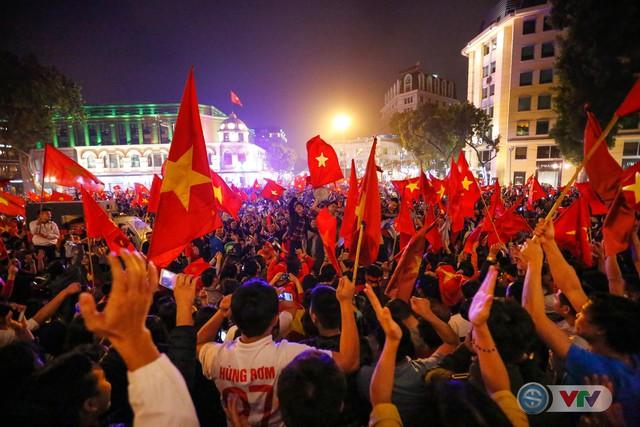 ẢNH: Hà Nội rực màu cờ trong đêm lịch sử - Ảnh 12.