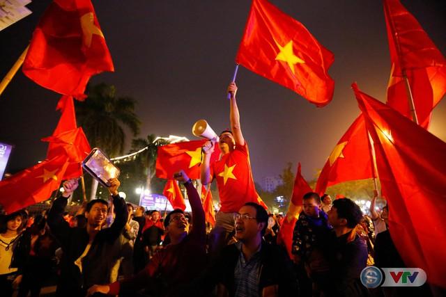 ẢNH: Hà Nội rực màu cờ trong đêm lịch sử - Ảnh 14.