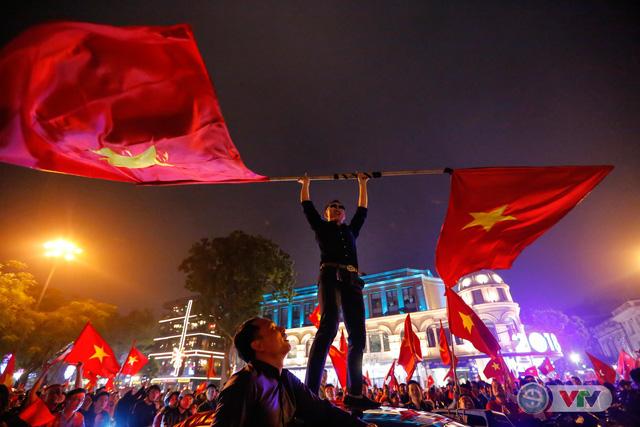 ẢNH: Hà Nội rực màu cờ trong đêm lịch sử - Ảnh 13.