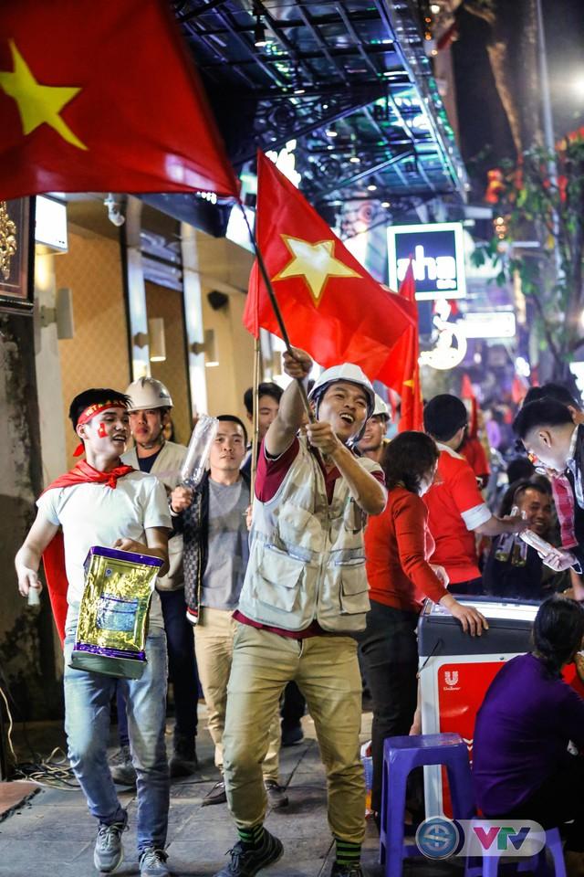 ẢNH: Hà Nội rực màu cờ trong đêm lịch sử - Ảnh 22.