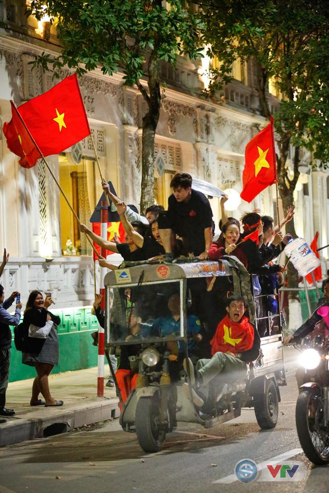 ẢNH: Hà Nội rực màu cờ trong đêm lịch sử - Ảnh 5.