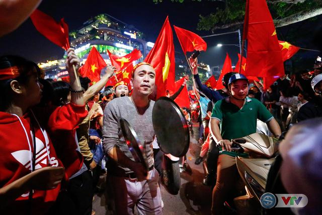 ẢNH: Hà Nội rực màu cờ trong đêm lịch sử - Ảnh 8.