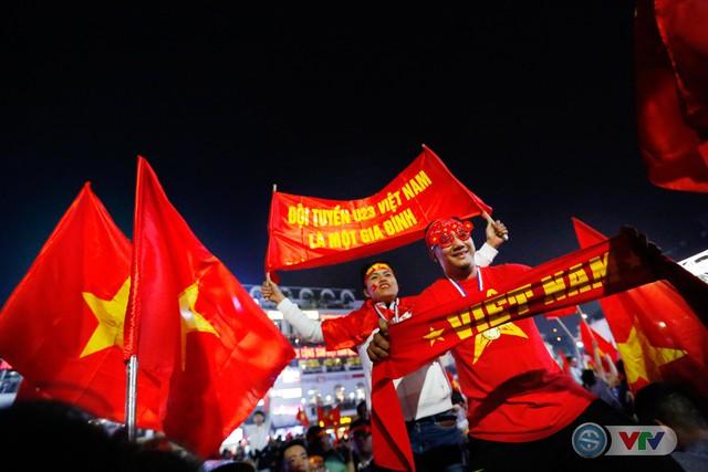 ẢNH: Hà Nội rực màu cờ trong đêm lịch sử - Ảnh 6.