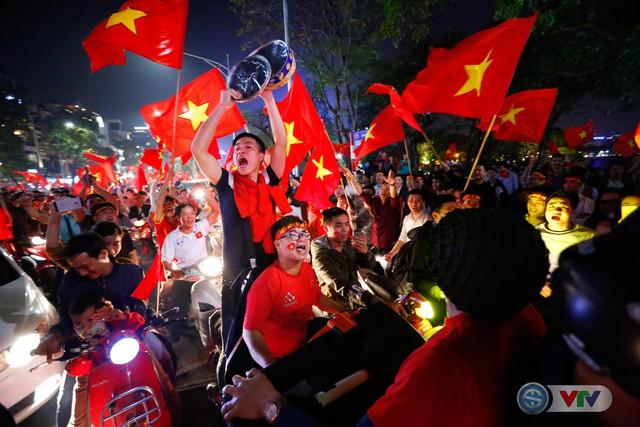 ẢNH: Hà Nội rực màu cờ trong đêm lịch sử - Ảnh 7.