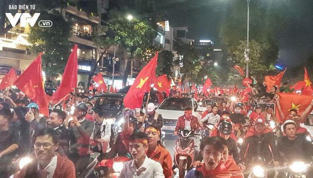 Hà Nội sau kì tích của U23 Việt Nam: Ta đang đi giữa chốn rừng cờ...  - Ảnh 4.