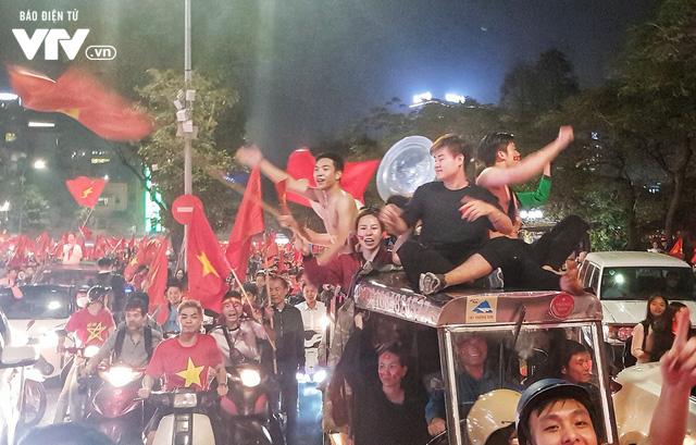 Hà Nội sau kì tích của U23 Việt Nam: Ta đang đi giữa chốn rừng cờ...  - Ảnh 2.