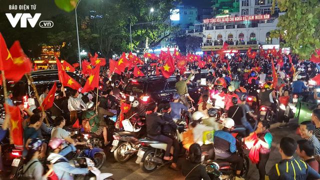 Hà Nội sau kì tích của U23 Việt Nam: Ta đang đi giữa chốn rừng cờ...  - Ảnh 5.