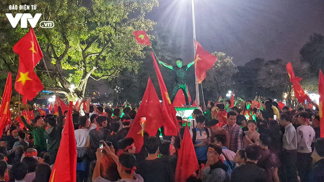 Hà Nội sau kì tích của U23 Việt Nam: Ta đang đi giữa chốn rừng cờ...  - Ảnh 6.