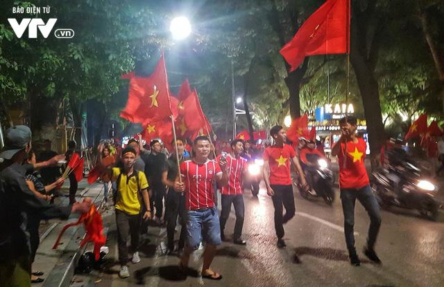 Hà Nội sau kì tích của U23 Việt Nam: Ta đang đi giữa chốn rừng cờ...  - Ảnh 1.