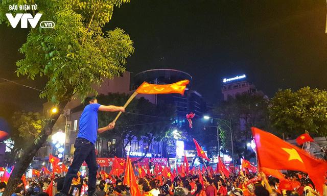 Hà Nội sau kì tích của U23 Việt Nam: Ta đang đi giữa chốn rừng cờ...  - Ảnh 7.