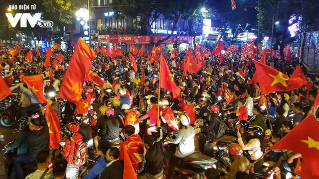 Hà Nội sau kì tích của U23 Việt Nam: Ta đang đi giữa chốn rừng cờ...  - Ảnh 8.