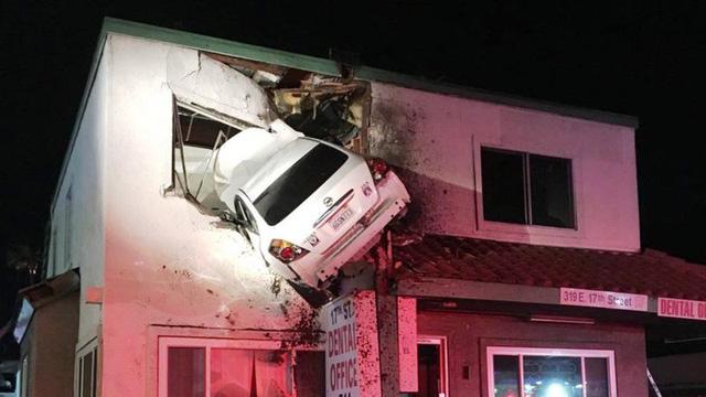 Hi hữu ô tô mất lái lao thẳng lên tầng 2 căn nhà tại Mỹ - Ảnh 3.