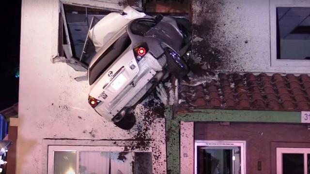 Hi hữu ô tô mất lái lao thẳng lên tầng 2 căn nhà tại Mỹ - Ảnh 2.