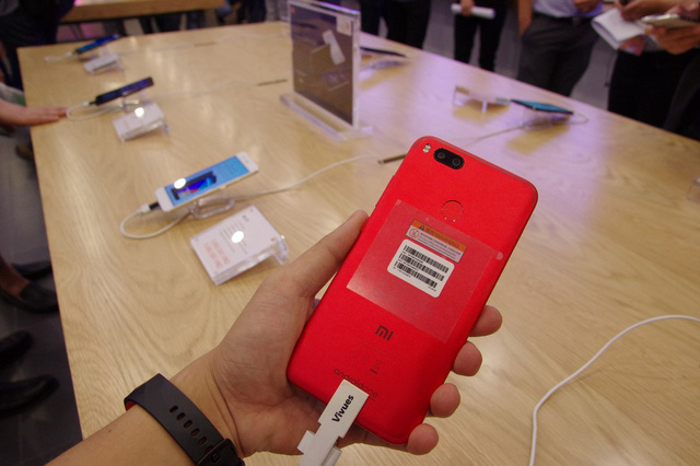 Xiaomi mở cửa hàng đầu tiên tại Việt Nam - Ảnh 1.