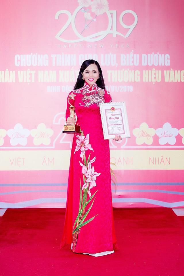 Đặng Huỳnh Thanh nhận cú đúp Hoa hậu và Doanh nhân xuất sắc 2018 - Ảnh 1.