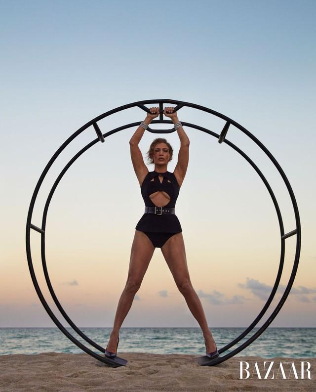 Khi Jennifer Lopez mặc đồ bơi và... bay - Ảnh 4.