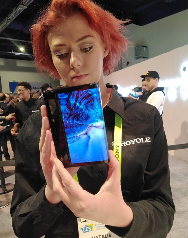 Trên tay smartphone màn hình gập đầu tiên trên thế giới tại CES 2019 - Ảnh 6.