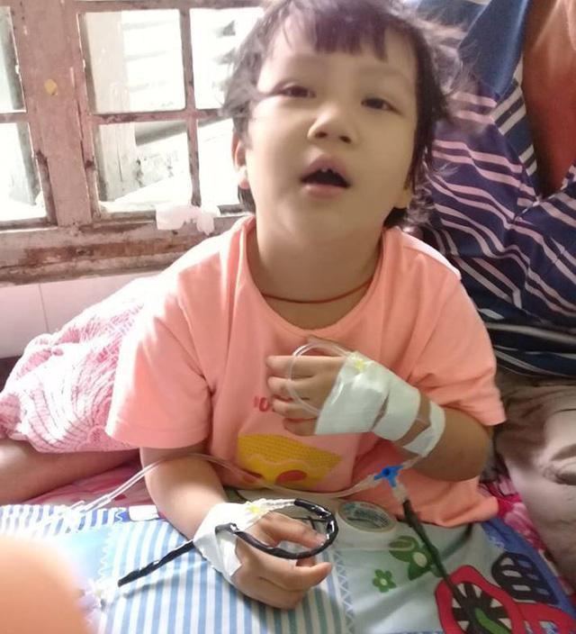 Ước mơ đến trường của cô bé mất 1 chân vì bệnh ung thư - Ảnh 1.