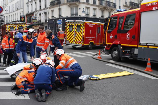 Đẩy mạnh công tác cứu hộ vụ nổ do rò rỉ khí gas ở Paris, Pháp - Ảnh 2.