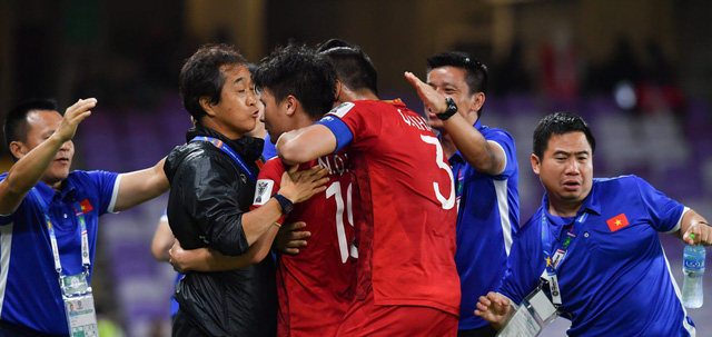 Những hình ảnh nức lòng người hâm mộ trong chiến thắng đầu tay của ĐT Việt nam - Ảnh 5.
