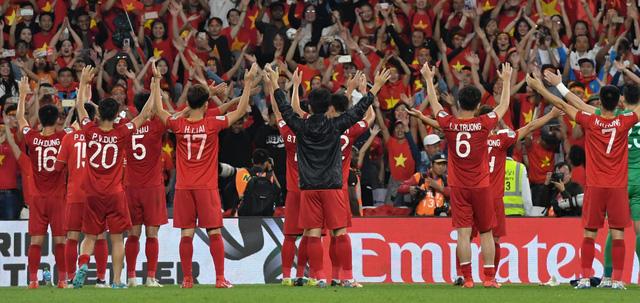 Những hình ảnh nức lòng người hâm mộ trong chiến thắng đầu tay của ĐT Việt nam - Ảnh 1.