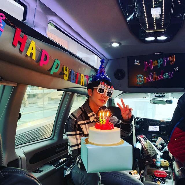 Lee Seung Gi đón sinh nhật tuổi 32 ở phim trường - Ảnh 1.