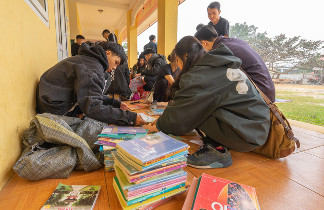 Sinh viên trường Báo mang hơi ấm thiện nguyện đến tỉnh Hòa Bình - Ảnh 1.