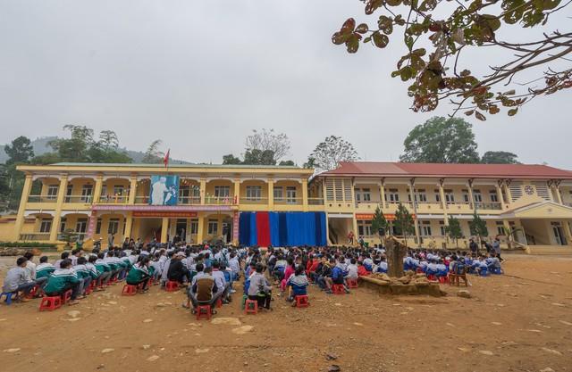 Sinh viên trường Báo mang hơi ấm thiện nguyện đến tỉnh Hòa Bình - Ảnh 2.