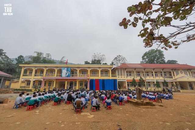 Sinh viên trường Báo mang hơi ấm thiện nguyện đến tỉnh Hòa Bình - Ảnh 3.