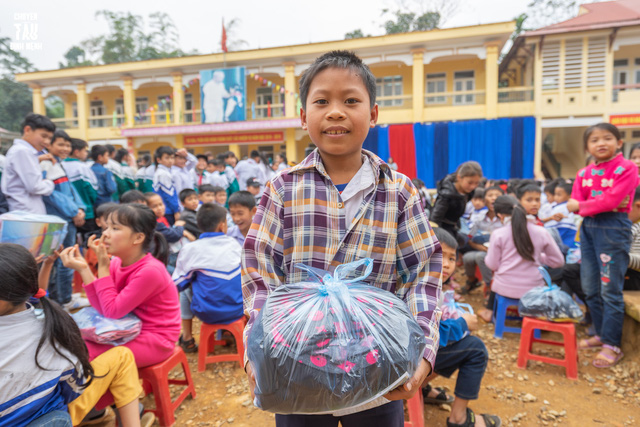 Sinh viên trường Báo mang hơi ấm thiện nguyện đến tỉnh Hòa Bình - Ảnh 6.