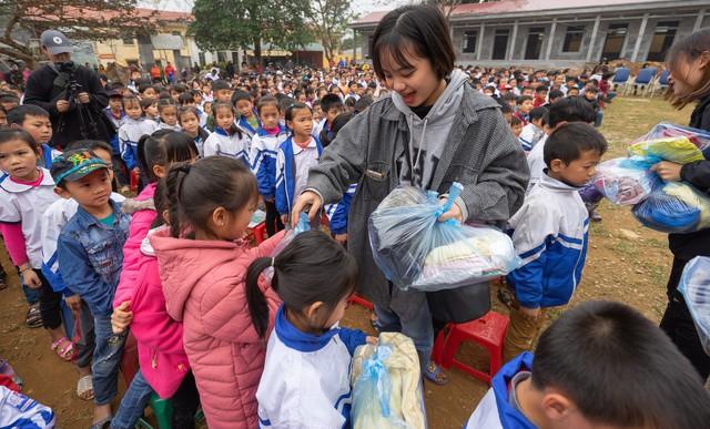 Sinh viên trường Báo mang hơi ấm thiện nguyện đến tỉnh Hòa Bình - Ảnh 7.
