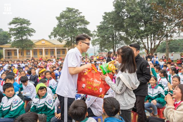 Sinh viên trường Báo mang hơi ấm thiện nguyện đến tỉnh Hòa Bình - Ảnh 8.