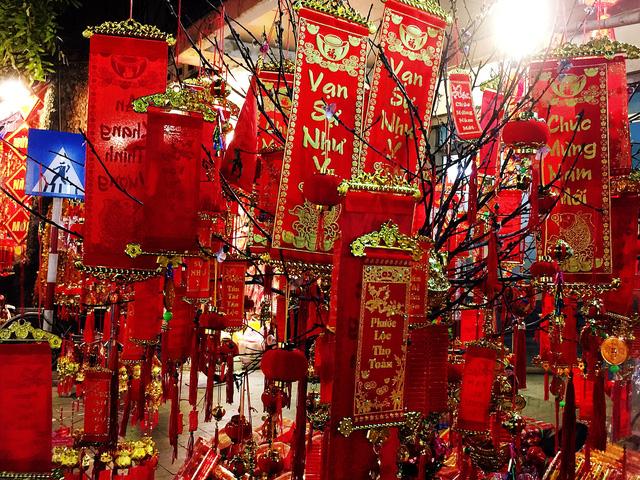 Phố Hàng Mã rực rỡ sắc đỏ chào đón xuân Kỷ Hợi 2019 - Ảnh 7.