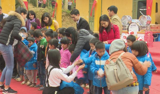 Quỹ Tấm lòng Việt trao tặng hàng nghìn suất quà cùng học bổng tới học trò nghèo trong 5 tháng đầu năm 2019 - Ảnh 11.