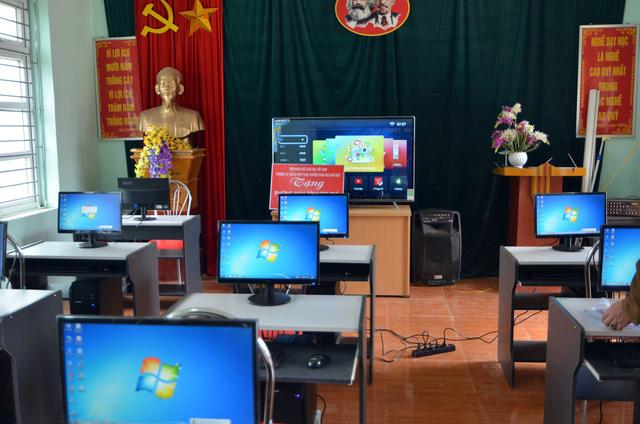 Cùng em đến trường: Trao học bổng và phòng máy tính cho học sinh vùng cao - Ảnh 2.