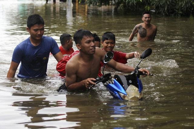 Khoảng 60 người thiệt mạng do lũ lụt và lở đất tại Indonesia - Ảnh 1.