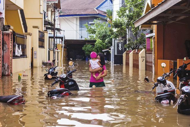 Khoảng 60 người thiệt mạng do lũ lụt và lở đất tại Indonesia - Ảnh 2.