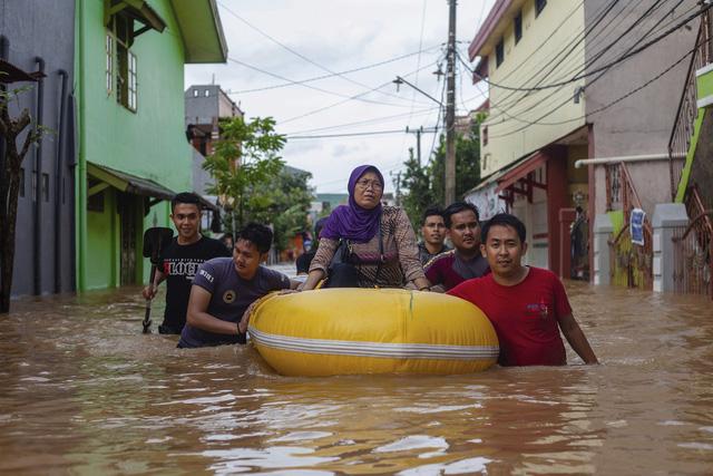 Khoảng 60 người thiệt mạng do lũ lụt và lở đất tại Indonesia - Ảnh 3.