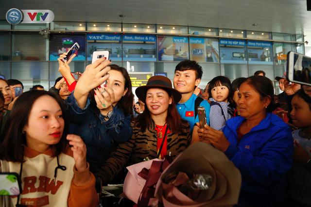 ẢNH: ĐT Việt Nam trở về trong vòng tay của người hâm mộ và gia đình - Ảnh 13.