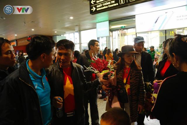 ẢNH: ĐT Việt Nam trở về trong vòng tay của người hâm mộ và gia đình - Ảnh 12.